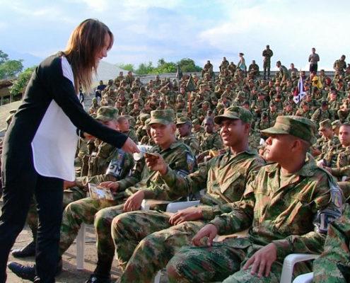 Distribution du livret des droits de l'homme à des soldats colombiens