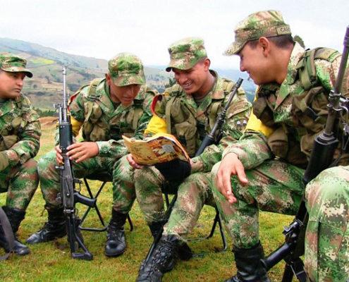 Soldats lisant le livret sur les droits de l'homme